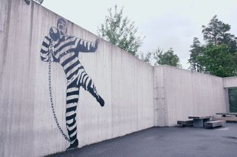 These walls are the only thing that reminds inmates that they are in prison (Jonas Svarstad)