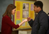 Hilary Swank fist bumping a student in Freedom Writers movie