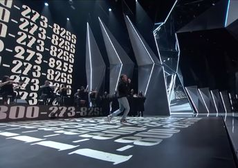 "Logic performs his song ""1-800-273-8255″ at the 2017 MTV Video Music Awards"