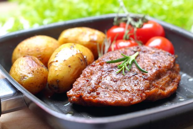 Veggie-Steak with baked potatoes and tomatoes